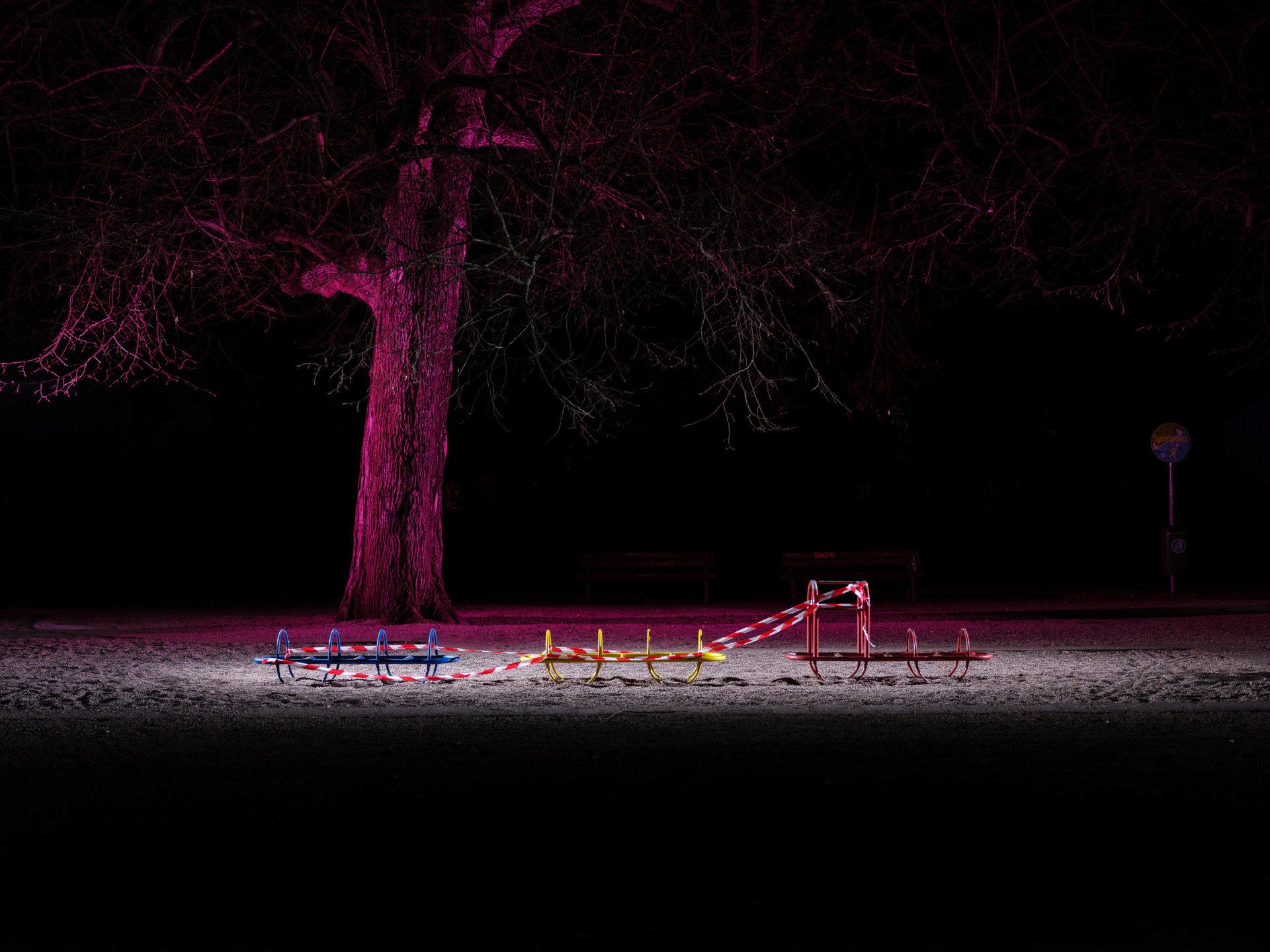 Absperrband, Corona, Coronakrise, Covid-19, Eisenbahn, Folgen, Fotoserie, Leipzig, Pandemie, Projekt, Serie, Sperrstunde, Sperrung, Spielplatz, Stille, Stillstand, angeblitzt, angeleuchtet, beleuchtet, dunkel, farbig, leere Spielplätze, lockdown, lok, nacht, nachts, rot-weiss