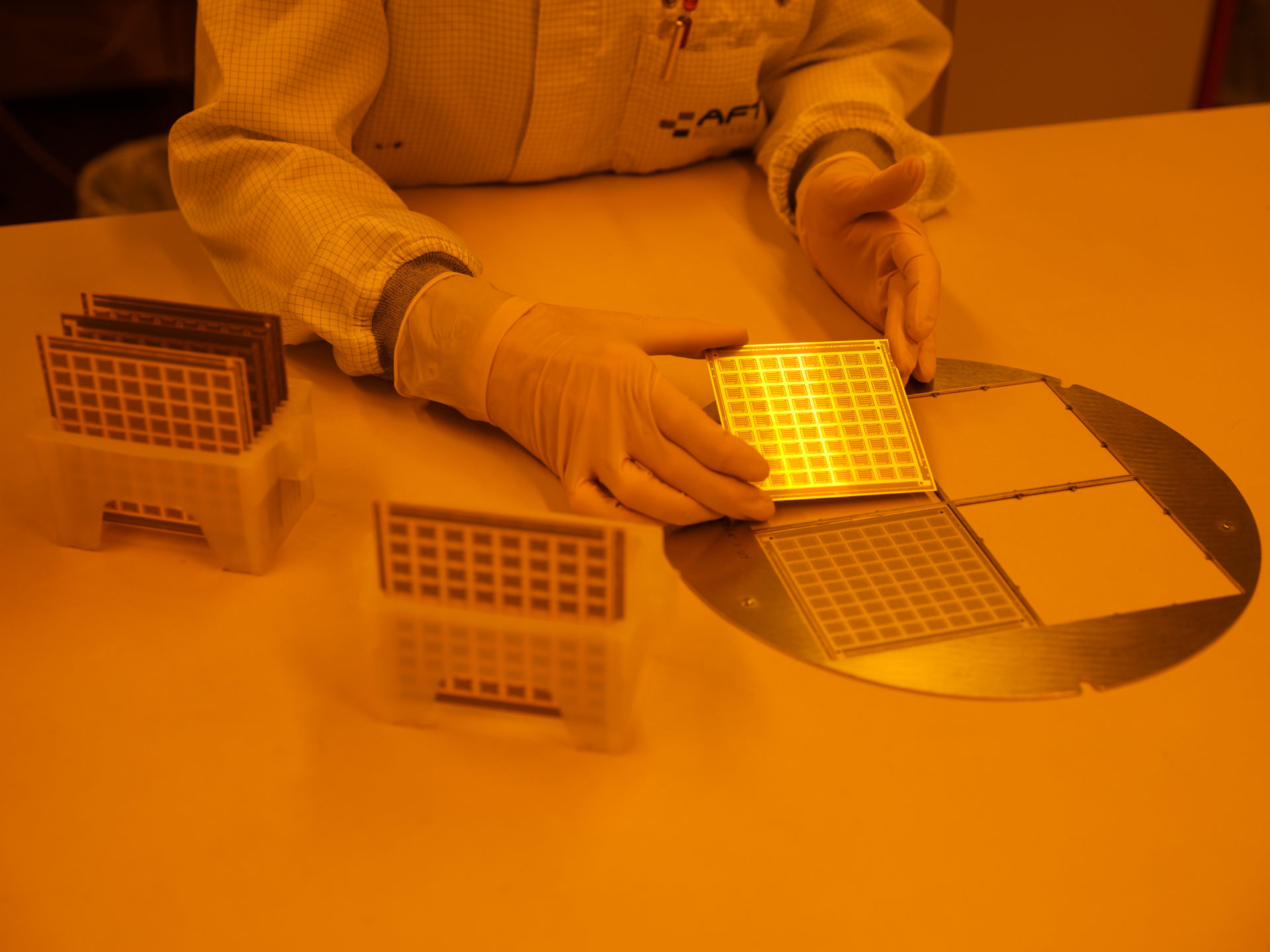 AFT Microwave, BAcknang, Dünnschicht, Herstellung, Hightech, Industrie, Industriehalle, Maschine, Produktion, Reinraum, Sachaufnahme, Werk