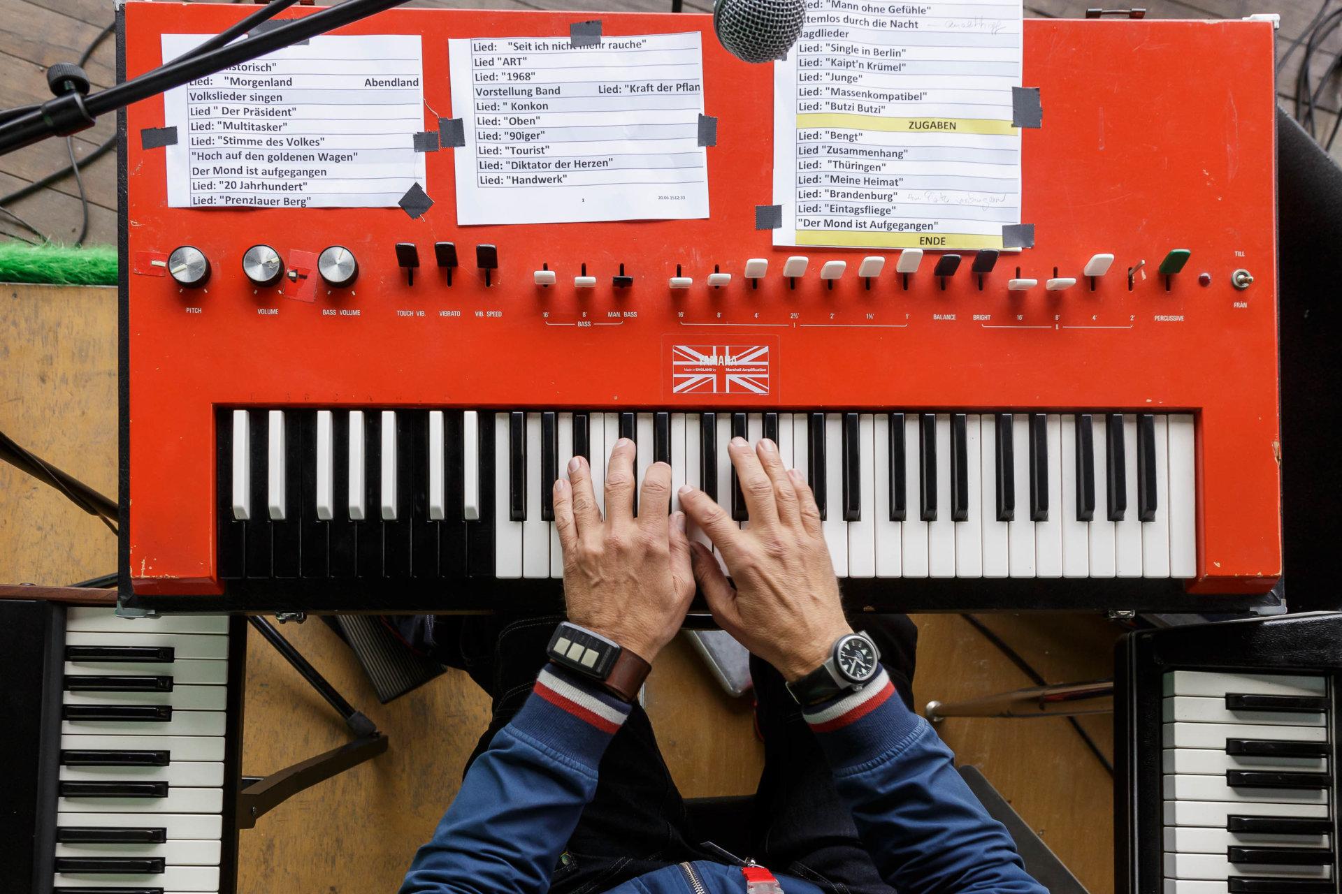 Buddy Casino, DRUCKEN!, Kultur, Künstler, MASTERBILD, Pianist, Projekt, Serie, Tastatur, Wuhlheide, bühne, grebe, klavier, konzert, meisterfinger, musik, musiker, open-air, piano, tasten