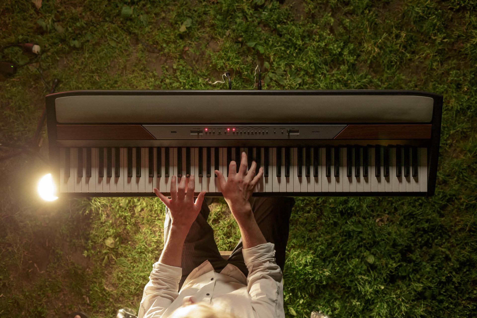 DRUCKEN!, Feuerwehr, Keyboard, Kino, Korg SP-250, Kultur, MASTERBILD, Pianist, Projekt, Serie, Tobias Rank, Wanderkino, klavier, konzert, meisterfinger, musiker, piano