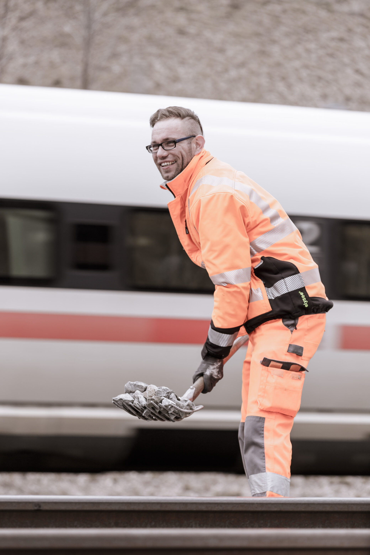 Arbeit, Arbeiter, Bahn, Bahntechnik, FES, FES Bahntechnik, Gleisbau, Mitarbeiter, Porträt, Schiene, Zug, arbeiten, baustelle, technik
